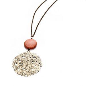 collier origami estampe dentelle et cercles en laiton doré et perle de verre plate