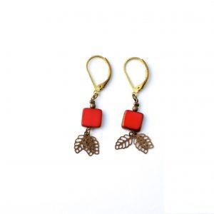 boucles d'oreilles fantaisie assemblées main en laiton et pierre rouge