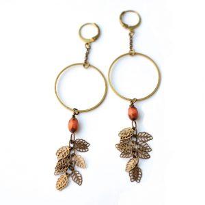 Boucles d'oreilles GLYCINE chaine et cercle en laiton doré, perles ovales de couleur et ses grappe de feuilles dorées en laiton