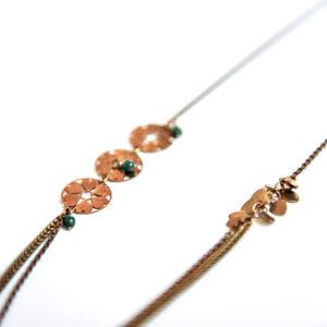 Collier estampe laiton, petites perles en verre de couleur et ses double chaine en laiton.
