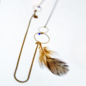 Très joli collier ISIS cercle et plume chaîne et fermoirs en laiton patiné doré. perles de couleurs. série limitée. fait main.