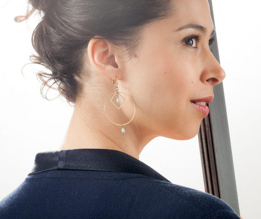 Boucles d'oreilles Daphné cercle et losange en laiton et ses perles émaillées de couleur. Existe en rouge, vert et noir