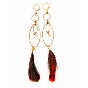 Longues boucles d'oreilles NIDRA estampe laiton doré et ses perles et plumes de couleur