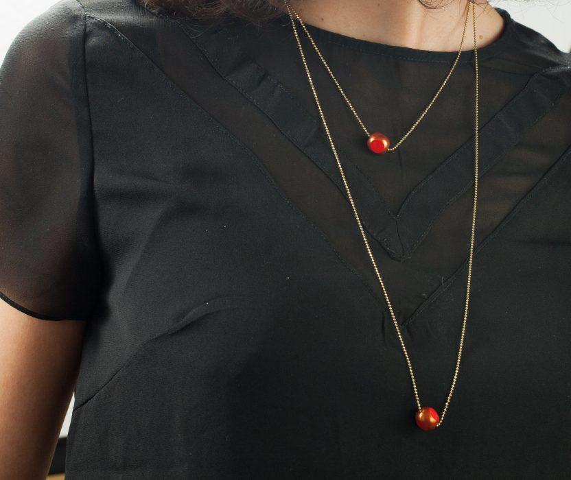 Collier TWIST double rang cercle laiton au niveau du fermoir au dos, grosse perles bicolore mordoré et rouge. Existe en bleu nuit, écru et turquoise