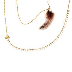 Collier multi chaine en laiton doré perles et plumes de couleur