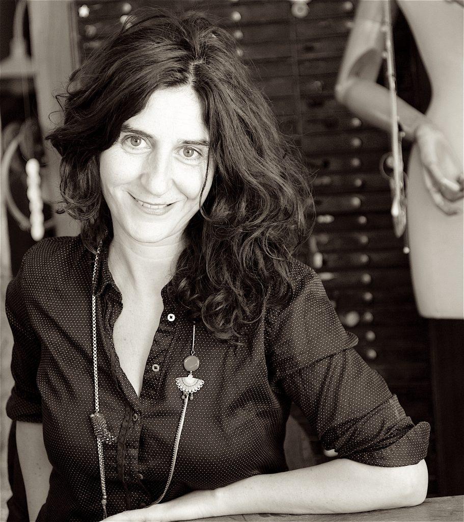 La créatrice Dominique Dahan Bijoux dans son Atelier Boutique à Paris en plein coeur du Haut Marais.