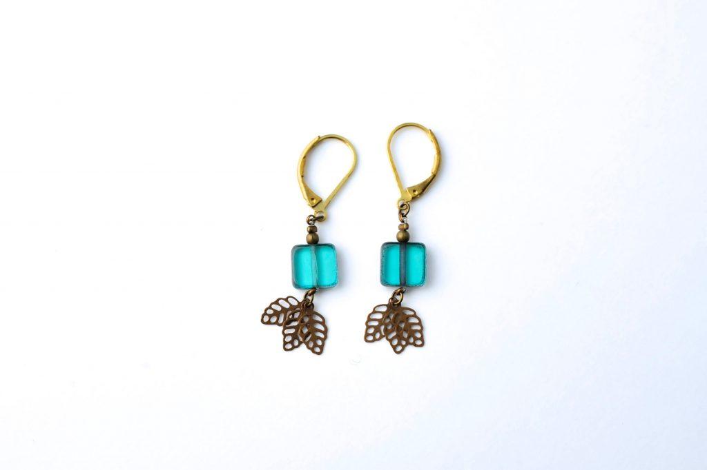 Boucles d'oreilles CASSANDRE à 25 euros à associer avec le bracelet assorti AMARANTE à 38 euros ..disponible en boutique et sur le site en ligne