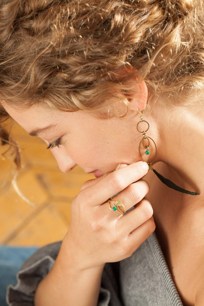 Boucles d'oreilles NIDRA et bague SVATi laiton doré plumes et perles de verre
