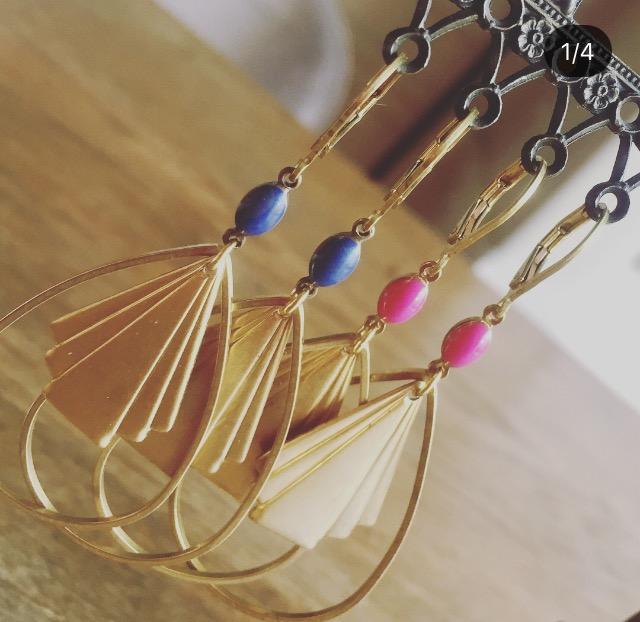 Boucles d'oreilles MELUSINE estampe et losange en laiton dorés et sa perle en verre émaillée de couleur. Nouveaux coloris en boutique !