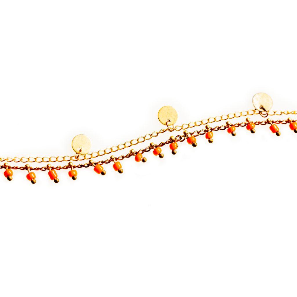 Bracelet double chaine laiton et pastilles dorées, rocailles en verre de couleur . Existe en plusieurs coloris