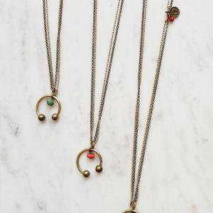 collier CHANCE double chaine en laiton fer a cheval en laiton et sa perle à facette de couleur