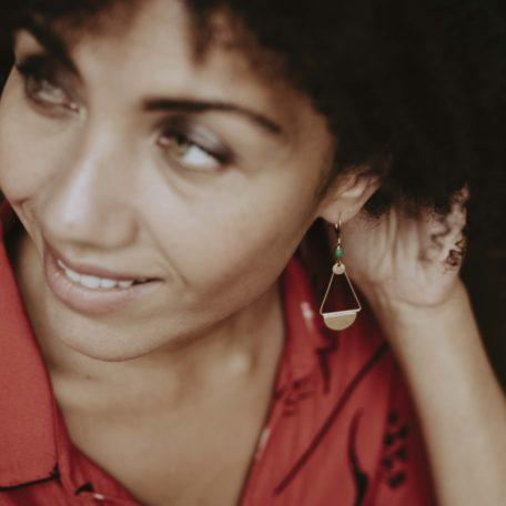 Boucles d'oreilles ANDREAS losange et fermoir laiton et sa perle émaillée de couleur