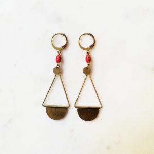 Boucles d'oreilles perles émaillées de couleur sur estampe et losange en laiton doré . Fermoir laiton