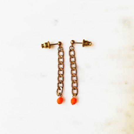 Boucles d'oreille AVRIL perle en verre de couleur et sa chaine gourmette en laiton doré. Fermoir en laiton
