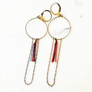 Boucles d'oreilles pastilles dorée en laiton et sa perle émaillée en verre de couleur.