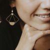 Boucles d'oreilles ADELAIDE estampe laiton doré et perle émaillées de couleur