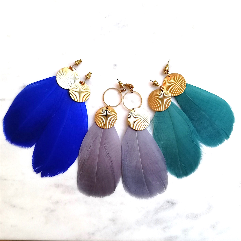 Boucles d'oreilles CALAO plume et pastille dorée en laiton . Fermoir laiton . Existe avec ou sans l'anneau ( supplément 3 euros avec l'anneau. )