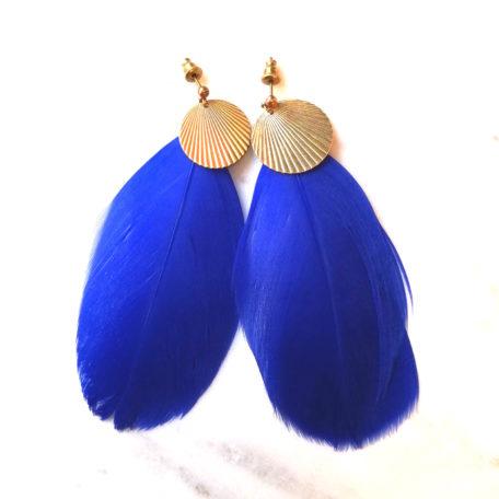 Boucles d'oreilles CALAO plume bleu nuit et pastille dorée en laiton. Fermoir laiton.