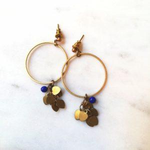 Boucles d'oreilles LILOU cercle et petits coeurs en laiton et sa perle ronde en verre de couleur. Fermoir laiton.