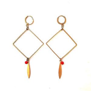Boucles d'oreilles plume et losange en laiton et ses perles rondes en verre de couleur